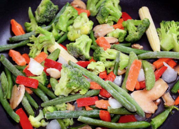 Vegetais congelados para cozinhar no vapor sempre salvam a vida. Jogamos um saco de brócolis, vagem, mix de vegetais e outras coisas no micro-ondas por cinco minutos e está pronto pra servir! É muito mais fácil do que pegar potes e panelas para ferver ou saltear os vegetais. —Katie Holzhause, FacebookEu compro um recipiente enorme com um mix de folhas pré-lavadas, depois as adiciono em tudo. Elas são boas para uma salada simples com uma lata de atum no almoço, misturadas na sopa ou no picadinho, ou salteadas sobre quinoa ou arroz. São ótimas com ovos, abacate, grãos, carne ou peixe. É uma ótima forma de comer mais fibras e vitaminas.—christinak4c924587c