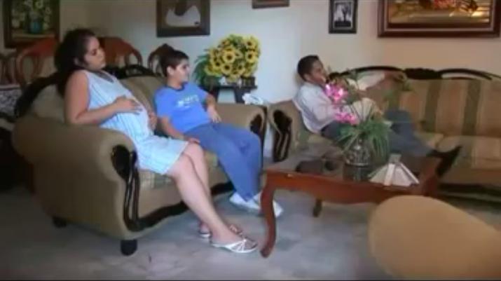 """Mamá embarazada, papá y dos hijos viendo el futbol. De fondo suena la bella frase """"muy complicado meterla por ahí"""", y no puedes evitar preguntarte si estás siendo albureado por un comercial de chorizo."""
