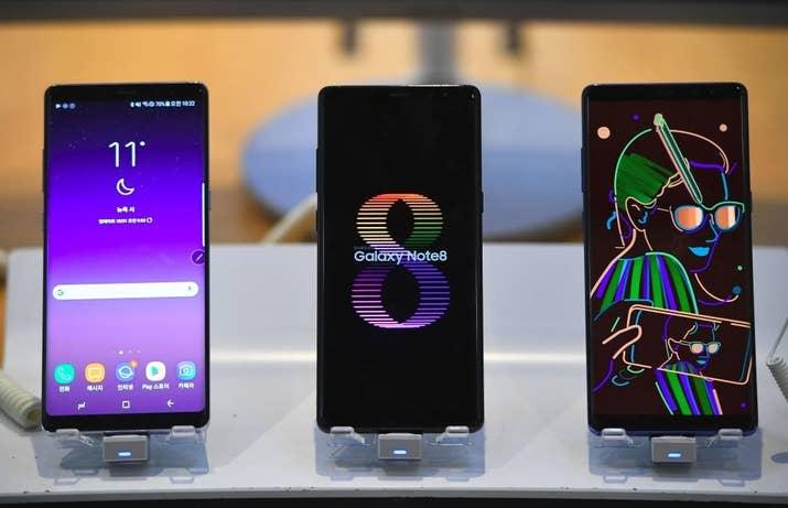 Samsung volvió a sorprender este año con un teléfono potente y una de las mejores cámaras. Ideal para los amantes del diseño y la fotografía.