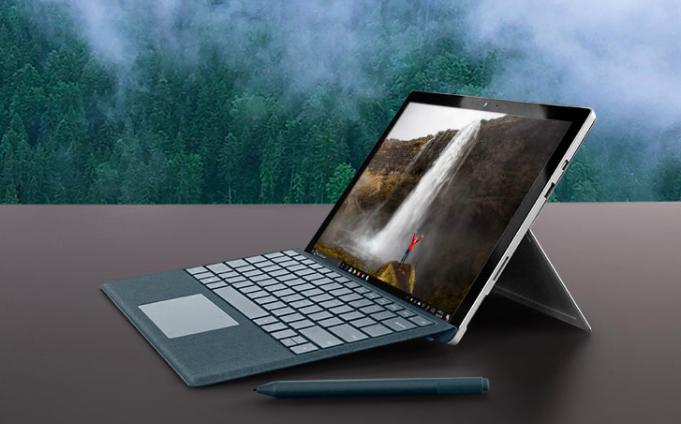 La nueva laptop de Microsoft es lo que necesitas para estudiar, trabajar y jugar en línea. Con su diseño y sus modalidades para ser una computadora o una tablet, según convenga, puedes tener varias horas para echar a andar tu creatividad.