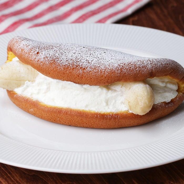 ふわっふわのスポンジにバナナをまるごと1本挟んだ、ボリューム満点のデザート!きめ細やかなスポンジも、フライパンで簡単に作れちゃいます。3時のおやつや朝ごはんに、ぜひ作ってみてくださいね!