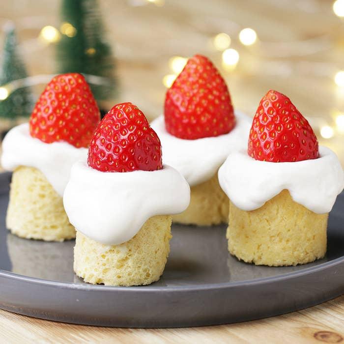 ミニサイズがかわいらしいキャンドルケーキ。実はこれ、卵焼き器で作れちゃうんです!生地の焼き時間は、なんとたったの5分。クリスマスディナーを作る合間に簡単に作れちゃいます♪ロウソクに見立てた生クリームをぽってりと垂らして、とびきりキュートなキャンドルケーキを作ってみてくださいね!