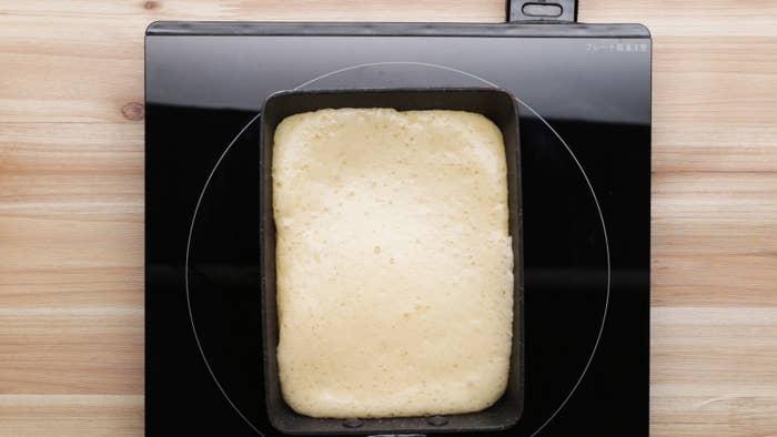 4個分材料:■スポンジケーキ卵 2個グラニュー糖 大さじ2薄力粉 大さじ2いちごジャム 大さじ2生クリーム 100mlグラニュー糖 大さじ1いちご 4粒作り方1. スポンジケーキを作る。ボウルに卵を割りほぐしてグラニュー糖を加え、白っぽくなってもったりとするまでハンドミキサーで泡立てる。2. 薄力粉をふるい入れ、ゴムベラでさっくりと混ぜ合わせる。3. 卵焼き器を弱火で熱してうすく油(分量外)をひき、生地の半量を流し入れる。4. アルミホイルを被せて、5分ほど焼いたら火からおろし、ぴったりとラップで包んで冷ます。5. 生地が冷めたら四辺を切り落とし、焼き目を上にしていちごジャムを塗る。短辺を手前にして手前から奥に巻き、半分に切る。6. ボウルに生クリームとグラニュー糖を入れ、ハンドミキサーでゆるめに泡立てる。7. (5)の断面を上にして立て、スプーンで生クリームをのせる。へたを取ったいちごを飾ったら、完成!