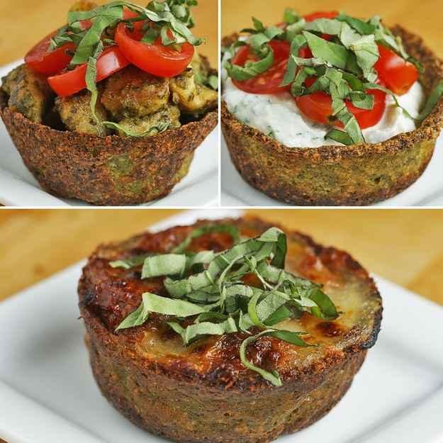 Tigelinhas low-carb de brócolis e parmesão recheadas com ricota e ervas12 porçõesVocê vai precisar de:300g (2 xícaras) de flores de brócolis1 dente de alho picado110g (1 xícara) de queijo parmesão ralado1 ovo1 colher de sopa de azeite de oliva.445g de ricota, 1 embalagem½ colher de chá de sal10g (¼ xícara) de manjericão fresco, picado e separado2 colheres de sopa de salsinha fresca picada300g (1½ xícara) de tomates-cereja fatiadosModo de preparo:1. Preaqueça o forno a 190 ºC.2. Em um processador de alimentos, adicione o brócolis, 1 xícara de queijo parmesão, 1 dente de alho, o ovo e 1 colher de sopa de azeite de oliva. Bata até a mistura ficar com uma textura de massa, por uns 2 minutos.3. Pegue uma colher de sopa da mistura de brócolis e a espalhe dentro de uma forma de empada untada. Modele a mistura em forma de tigelinha, deixando o fundo e as laterais com 1cm de espessura.4. Asse por 30 minutos até as bordas ficarem douradas e crocantes e o fundo ficar firme.5. Deixe as tigelinhas de brócolis esfriarem. Assim que esfriarem, remova-as da forma de empada.6. Em uma tigela, adicione a ricota, o sal, 3 colheres de sopa de manjericão e a salsinha, mexendo até ficar bem misturado.7. Encha as tigelinhas de brócolis e parmesão com a mistura de ricota. Cubra com as fatias dos tomates e com manjericão.8. As tigelinhas de brócolis e parmesão podem ser armazenadas por até 3 dias e podem ser reaquecidas no forno.9. Bom apetite!---Tigelinhas de brócolis e parmesão recheadas com frango ao pesto12 porçõesVocê vai precisar de:300g (2 xícaras) de flores de brócolis1 dente de alho picado110g (1 xícara) de queijo parmesão ralado1 ovo2 colheres de sopa de azeite de oliva, separadas2 peitos de frango sem osso, sem pele e cortados em cubos Sal a gosto Pimenta a gosto230g (1 xícara) de molho pesto300g (1 ½ xícaras) de tomates-cereja cortados ao meio1 colher de sopa de manjericão fresco picadoModo de preparo:1. Preaqueça o forno a 190 ºC.2. Em um processador de alimentos, adicione o bróc