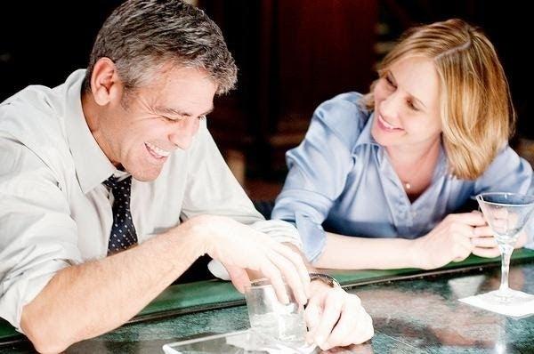 Ryan y Nathalie son dos empresarios que vuelan todo el tiempo y se encuentran en cada ciudad que visitan. La relación relajada que tienen va muy bien, hasta que Ryan se clava de más, como a muchos nos ha pasado. :(