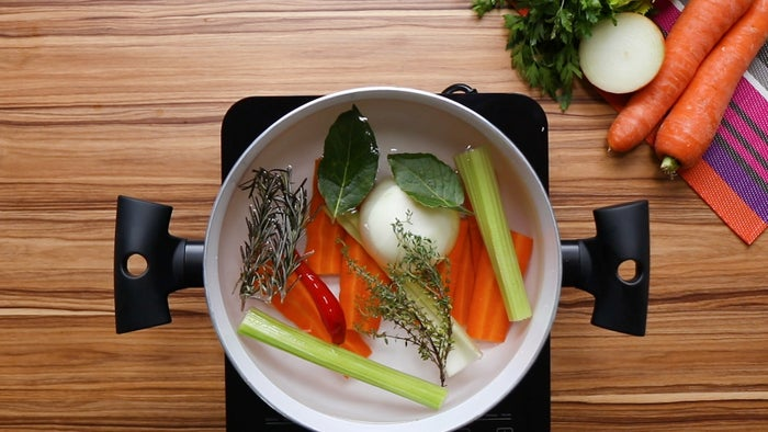 1. Em uma panela em fogo baixo com água, coloque a cenoura, o salsão, a cebola, o alecrim, o tomilho, o louro, a pimenta-de-moça, o sal, a pimenta e tampe.2. Deixe cozinhar por 10 minutos. Reserve e mantenha aquecido.3. Em uma panela em fogo médio, coloque o bacon e frite até ficar dourado. Retire da panela e reserve.4. Coloque a cebola e refogue por 2 minutos ou até ficar macia. Adicione o arroz arbóreo e refogue por 2 minutos. 5. Adicione o vinho branco e mexa até ele começar a evaporar.6. Coloque o caldo de duas em duas conchas e mexa sem parar.7. Coloque o parmesão e ½ xícara da muçarela, mais duas conchas do caldo e mexa sem parar.8. Quando o risoto estiver al dente, cerca de 15-20 minutos, coloque ⅔ do bacon, o restante da muçarela e a manteiga. Mexa delicadamente e tampe a panela.9. Espere 5- 10 minutos para servir.10. Sirva com bacon frito e parmesão ralado.11. Aproveite!