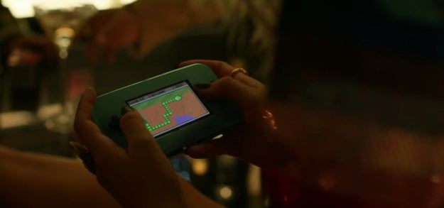 There are quite a few ~hidden messages~ throughout the video, like this scene where she's playing a snake game.
