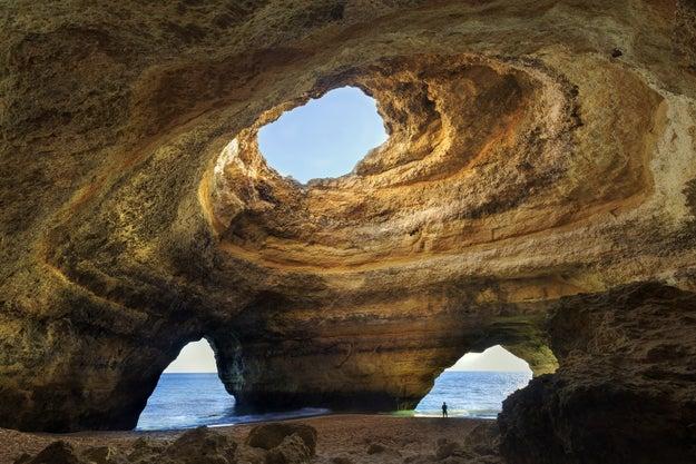 3. Die Höhlen am Strand Praia da Marinha in der Algarve Portugals: