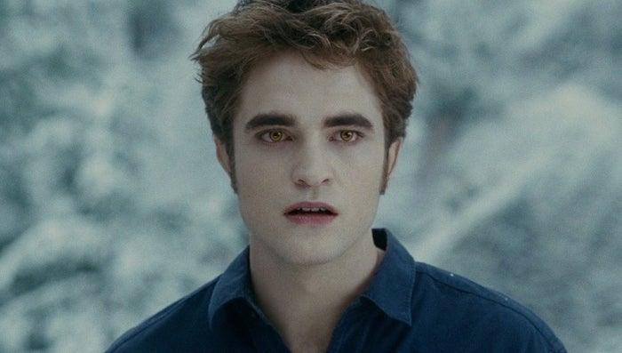 """""""Quando a saga 'Crepúsculo' foi lançada, eu estava na oitava série e via o Edward como um cara romântico, inteligente, maduro e doce. Agora que sou mais velha, noto que ele é muito obsessivo. Não só isso, mas a relação dele com a Bella é assustadora. Não é normal entrar escondido na casa de alguém para ver uma menina dormindo."""" —mrsdoubtfire2"""