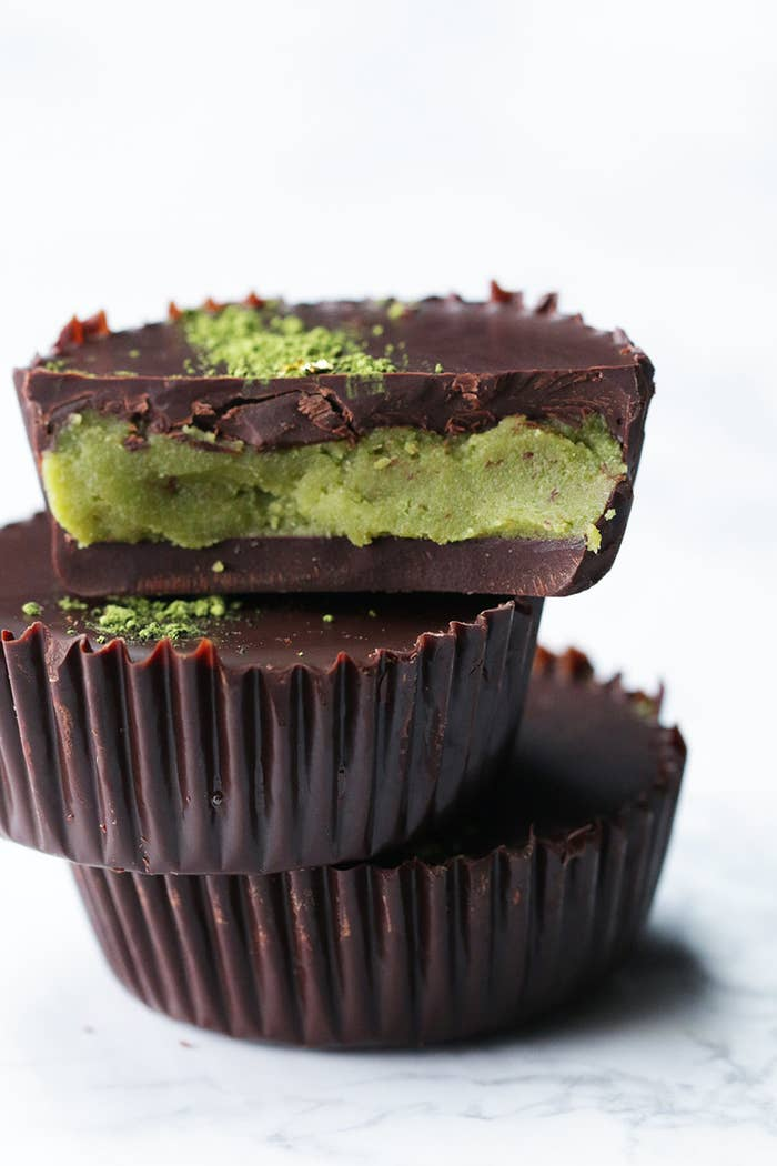 アメリカで大人気のお菓子を、和風にアレンジ♪抹茶と金粉を飾ったチョコレートの中には、ほろ苦抹茶フィリングがたっぷり。アーモンドの香ばしさがマッチして、風味豊かに仕上がります。ぜひ作ってみてくださいね!