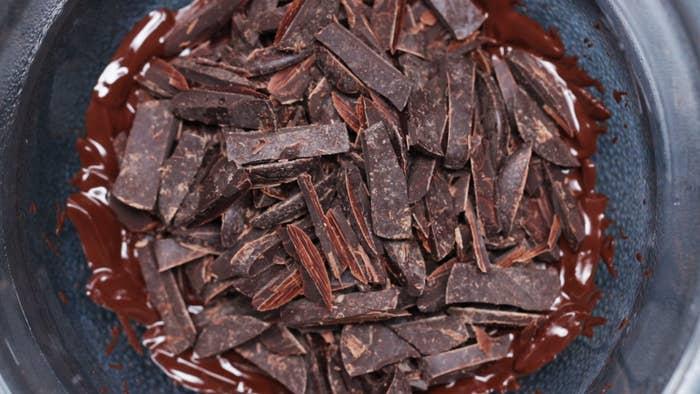 6個分材料:ビターチョコレート(刻む) 200g■フィリング無塩バター(室温に戻す) 75gアーモンドプードル 60g粉砂糖 35g抹茶 小さじ1抹茶 適量金箔 適量作り方1. アーモンドプードルは色が変わるまで乾煎りしておく。2. ビターチョコレートの半量を湯煎で溶かす。マフィンカップに大さじ1杯弱入れ、スプーンの背で内側に塗りつけたら、冷蔵庫に1時間程入れて冷やし固める。3. バターをゴムベラで練ってなめらかな状態にし、アーモンドプードル、粉砂糖、抹茶を入れて混ぜ合わせ、冷蔵庫で30分ほど休ませる。4. (3)を6等分に丸めて(2)の中に入れ、表面を平らにしたら、冷蔵庫に30分程入れて冷やす。5. 残りのビターチョコレートを湯煎で溶かし、(3)が完全に隠れるように(4)に流し入れる。マフィン型を台にトントンと落とし、隙間がないように均一に広げる。6. 抹茶と金箔をのせて、冷蔵庫に1時間程入れて冷やし固めたら、完成!