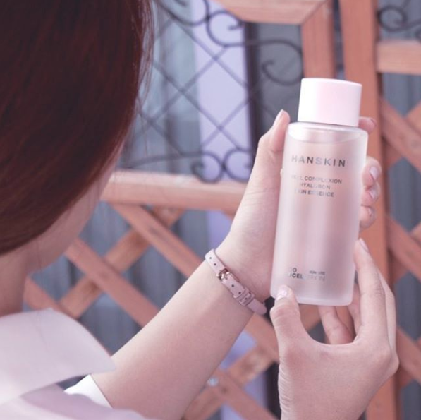 Hyaluron Skin Essence holds 1000 times more moisture than water so YAAAAS to skin elasticity!