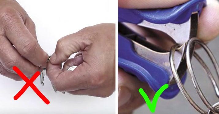 Cómo deberías hacerlo: es muchísimo más fácil con los dientes del quitagrapas. (¡Por fin le encuentras una utilidad al quitagrapas!) Dale un respiro a tus uñas.