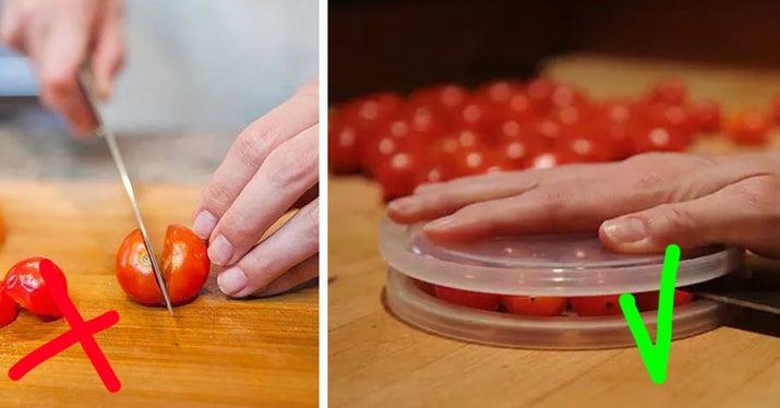 Cómo deberías hacerlo: coge dos platos o tapas de plástico y pon todos los tomates cherry que puedas en medio. Sujeta bien la tapa de arriba y pasa un cuchillo por los tomates; así los cortas todos a la vez.