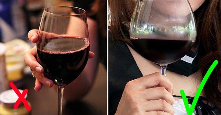 Cómo deberías hacerlo: siempre debes coger la copa de vino por el tallo, independientemente de qué tipo de vino estés tomando. No solo evita que tus preciosas copas de vino se manchen sino que también te ayudará a evitar calentar el vino con las manos.