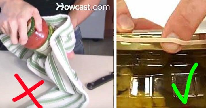 Cómo deberías hacerlo: pon una goma elástica gruesa alrededor de la tapa para agarrarla mejor, y luego solo tendrás que darle un giro para abrirla.