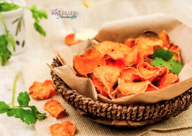 The Airfryer was honestly MADE for the humble potato, and we are here for these crispy sweet potato chips. 🙌 Recipe here.