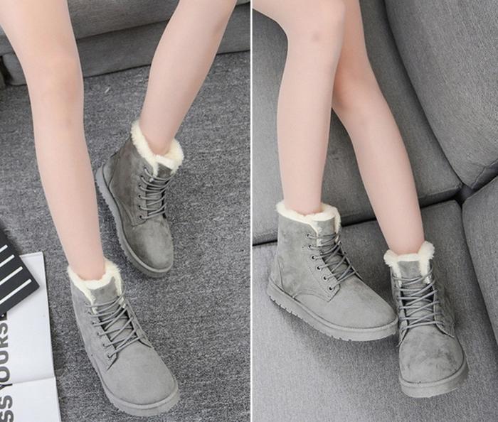 履き口からボアが少し見えるデザインで、見た目も暖かそうなアイテムです。紐である程度調節できるので、厚手の靴下を履いていてもきつくなりません。