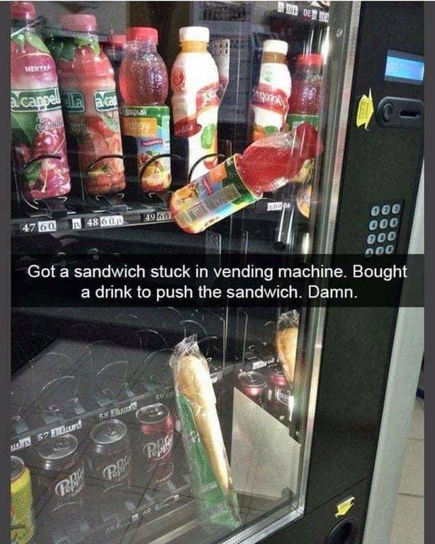 """""""Meu sanduíche ficou preso na máquina. Então comprei uma bebida para empurrar o sanduíche. Droga."""""""