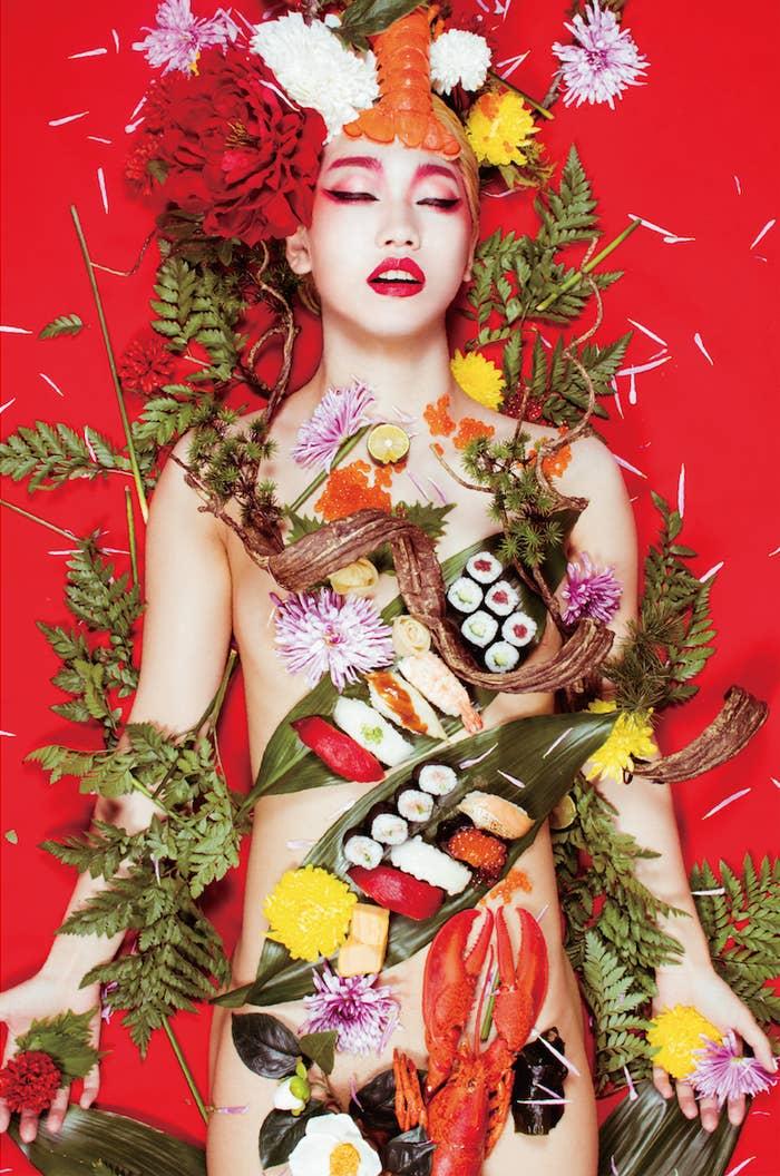 寿司の女体盛り(モデル:R)