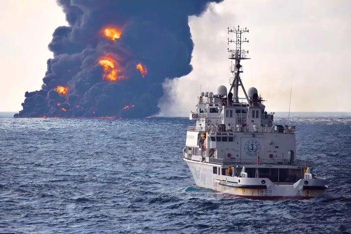 東シナ海上のタンカー爆発現場(中国交通運輸省提供)