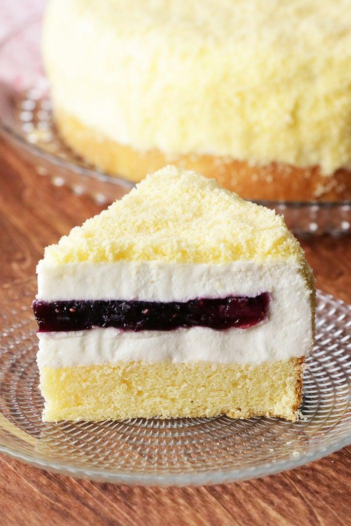 ふわふわスポンジに包まれたケーキの中に、たっぷりのベリージャム♪いつものレアチーズケーキにひと手間加えて、うれしいサプライズケーキはいかがですか?まるでミモザの花のようなかわいらしい見た目と、甘酸っぱいベリーのアクセントで、一足お先に春を感じられるスイーツです。ぜひ作ってみてくださいね!