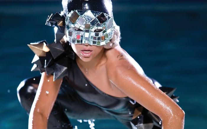 No podías escapar de ella. El mundo entero hablaba sobre el video, la canción sonaba por doquier y todas las personas tenían una opinión al respecto. Aceptémoslo, fue la canción que lanzó a Gaga a la fama.