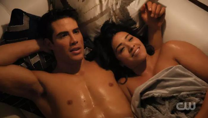 Après avoir été vierge et sérieusement monogame, Jane découvre dans cet épisode les joies du sexe sans attaches avec Fabian... Et c'est un grand «oui»! Et le pompon, c'est que la scène se focalise uniquement sur le désir et le plaisir de Jane.