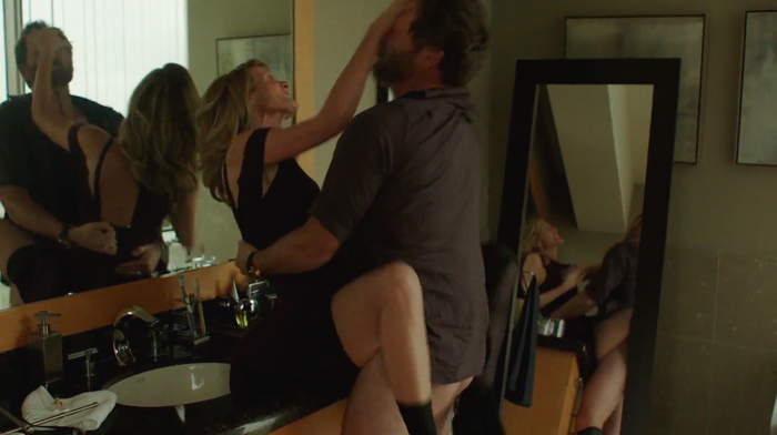 Big Little Lies étant une série sur la violence contre les femmes, beaucoup de ses scènes de sexe étaient brutales et abusives. Mais comme le prouve très bien cette scène assez torride, le sexe ~bestial~ n'a rien à voir avec les agressions sexuelles. Ici, le personnage de Laura Dern se fait purement et simplement dé-glin-guer dans le bureau de son mari, et s'en fout totalement que tous ses collègues l'entendent hurler de plaisir. Et dans une série aussi sombre, c'était vraiment joussif de voir une partie de jambes en l'air sans chichis, où la femme a le contrôle.