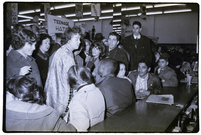 ファストフード店で空席を見つけられなかった女性が、座り込み抗議運動の参加者たちを非難。1960年4月2日