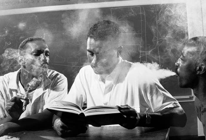 Im Mai 1960 absolvieren Freiwillige als Vorbereitung auf Sitzstreiks ein Toleranztraining in Petersburg, Virginia. Hier pusten Leroy Hill (links) und ein anderer Mann Rauch ins Gesicht eines anonymen Freiwilligen.