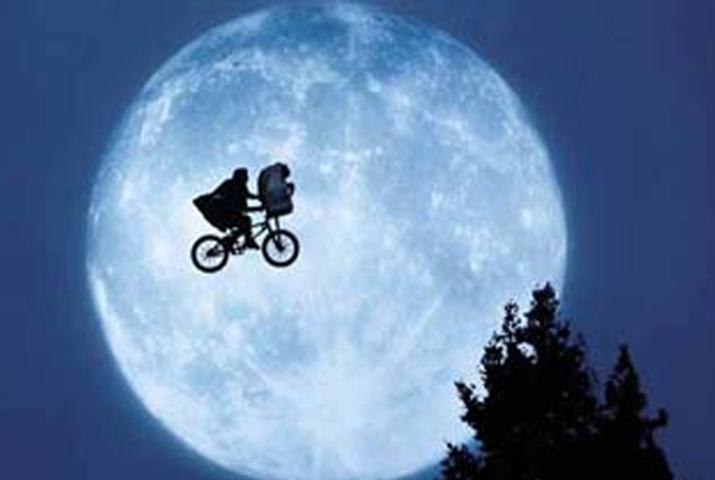 """Um extraterrestre criança perde o caminho de casa e é acolhido por moleques humanos. Uma das tantas referências de """"Stranger Things"""". Pode ver na Netflix."""
