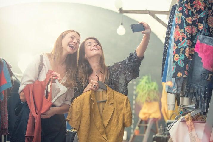 Na hora de comprar uma roupa ou objeto novo, dê uma chance para lojas de segunda mão. As pessoas andam com uma mentalidade muito descartável, mas a verdade é que um único objeto pode servir muitas pessoas diferentes. Ainda por cima é mais barato!