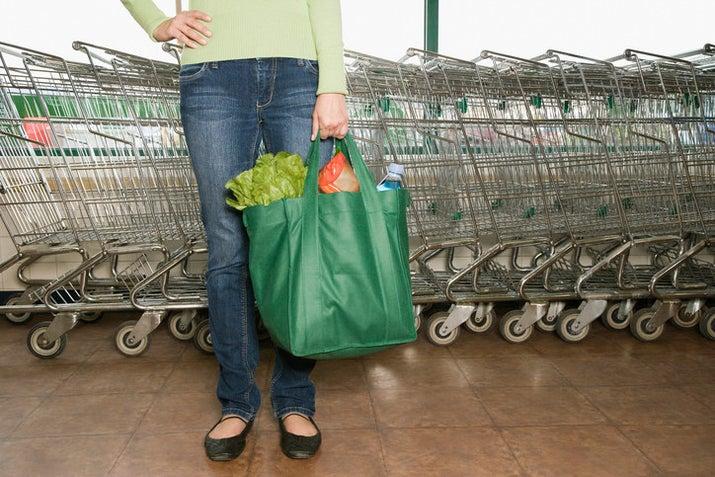 Para isso, você pode levar sua sacolinha super fashion e ecológica às compras. Dá também para pesar seus legumes e frutas sem aqueles sacos plásticos que eles colocam nas gôndolas.