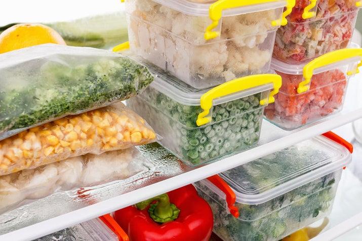 Seu congelador é um ótimo aliado na hora de evitar o desperdício de alimentos. Congele seus temperos, vegetais e frutas porque tudo o que você normalmente jogaria fora pode incrementar aquele seu próximo drink, sopa ou risoto.