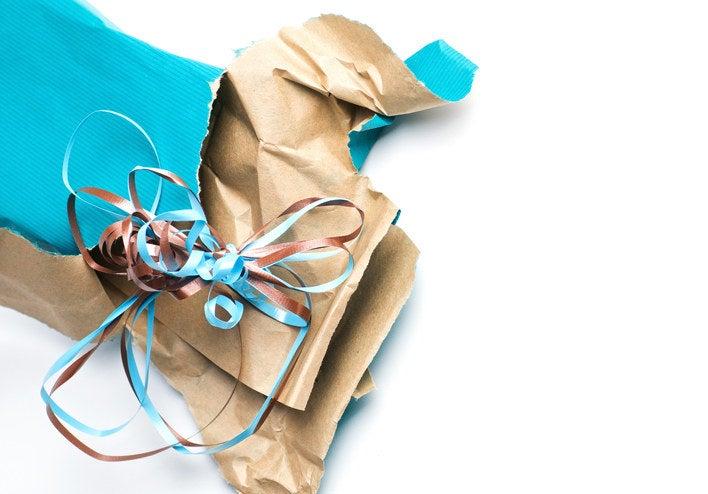 Já que nem sempre dá pra comprar algo de segunda mão, crie o hábito de recusar embalagens. Você não precisa de uma sacola de cada loja e nem um embrulho para cada item que comprou. O importante está no conteúdo.