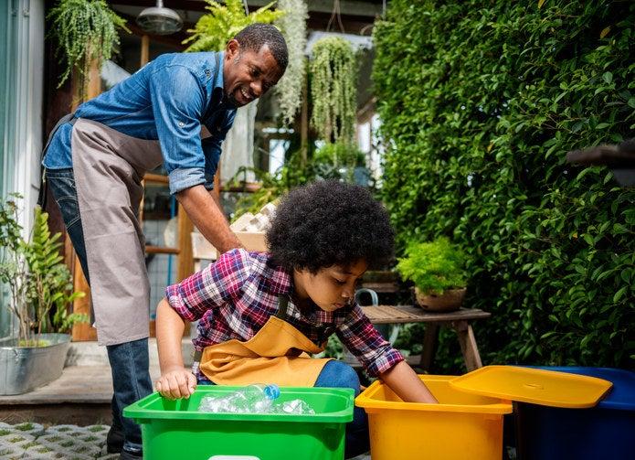 Existem sites e aulas presenciais para quem quer aprender mais sobre reciclagem. Este é um passo fundamental para diminuir sua produção de lixo, pois vai tornar você mais consciente sobre o destino daquilo que você consome. Você pode começar pegando dicas neste site do Governo de São Paulo.
