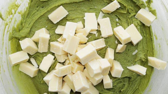 12枚分材料:薄力粉 150gホワイトチョコレート(砕く) 100g溶かしバター(無塩) 100gブラウンシュガー 100gグラニュー糖 50g卵 1個抹茶 大さじ1重曹 小さじ1/2ベーキングパウダー 小さじ1/2塩 ひとつまみ作り方1. オーブンは180℃に予熱しておく。2. ボウルにブラウンシュガー、グラニュー糖、塩、溶かしバターを入れてよく混ぜる。3. 卵を加え、生地がリボン状に落ちるようになるまで混ぜる。4. 薄力粉、抹茶、重曹、ベーキングパウダーをふるい入れ、粉気がなくなるまでゴムベラでさっくりと混ぜる。5. 砕いたホワイトチョコレートを加えて混ぜ合わせたら、冷蔵庫で1時間以上冷やす。6. アイスクリームディッシャーで(5)をすくい、クッキングシートを敷いた天板に10cmほど間隔をあけてのせる。7. 180℃のオーブンで12分ほど焼く。オーブンから取り出し、しっかり冷ましたら、完成!