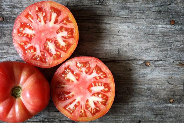 İhtiyacınız olan şey nedir? Bir domatesin ballı kaşığı Yulaf ezmesi yulaf ezmesi nasıl yapılır? Domatesleri bir meyve suyuna karıştırın, sonra bal ve yulaf ezmesi ile bir hamur haline getirin. Maskeyi yüzünüze ve boynunuza masaj yapın ve ılık suyla durulamadan önce on beş ile yirmi dakika bekleyin.