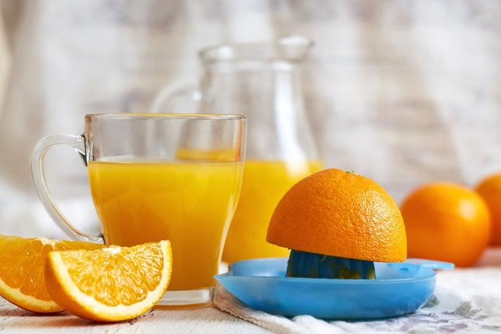 Neye ihtiyacınız var? Bir çay kaşığı portakal suyuYemek pişirme kabındaki çorba kaşığıYani ne yaparsınız? Malzemeyi bir hamur haline getirin, yüzünüze uygulayın, on beş dakika bekletin, yüzünüzü parmak uçlarınızla masaj yapın ve suyla durulayın. .