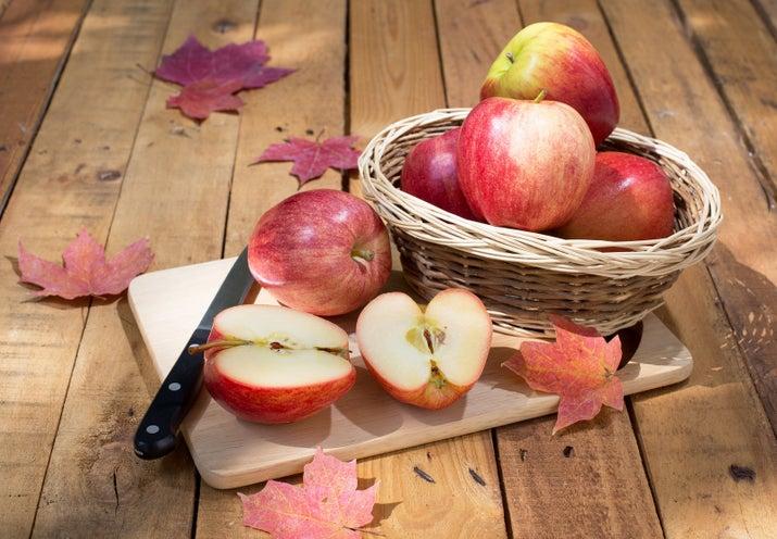 Ne ihtiyacınız var? Bir çorba kaşığı elma sosu Bir çorba kaşığı buğday özüİki soyulmuş elmaSeven kaşığı ballı kaşığıYağlı kaşığıYani nasıl yaparsınız? Bu maskenin doğru yapılması birkaç adım alır. İlk olarak, bir çorba kaşığı elma sosunu bir çorba kaşığı buğday tohumuyla karıştırın ve temiz yüzünüze uygulayın ve kurumaya bırakın. Gözeneklerinizi kapatmak için soğuk suyla yıkayın. Ardından, bir soyulmuş elma rendeleyin ve beş çorba kaşığı bal ile karıştırın. Bu maskeyi on dakika boyunca uygulayın, sonra soğuk su ile durulayın. Son olarak, kabukları ve çekirdeği soyulmuş bir elmadan çıkarın ve iki çorba kaşığı bal ve bir çay kaşığı adaçayı karıştırın. Temiz ciltlere uygulamadan önce karışımı on dakika soğutun. Kurumaya bırakın, sonra dikkatlice soyun veya sadece yıkayın.