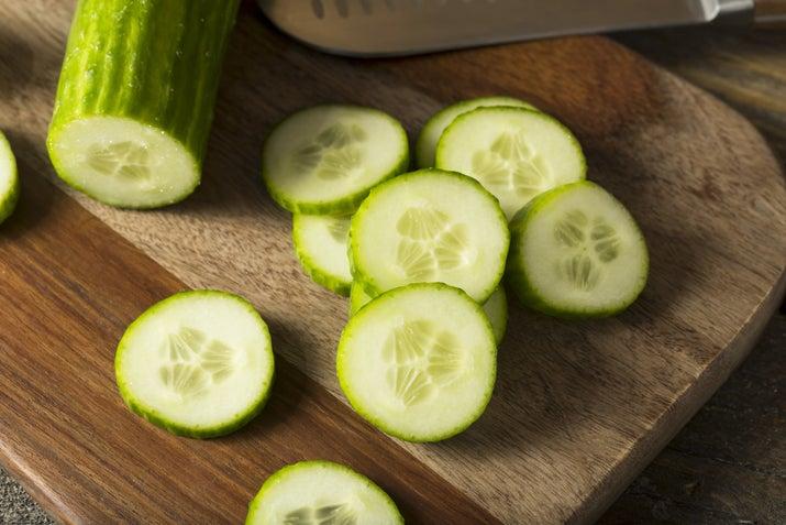 Neye ihtiyacınız var? Bir büyük salatalıkNasıl yaparsınız? Bir salatalık soyun, dilimleyin ve bir jele püre haline getirin. Uygulamadan önce katı parçaları çıkarmak için macunu süzün. On beş dakika bekletin, sonra soğuk suyla yıkayın.