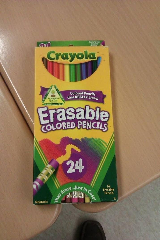Mira las líneas de la sonrisa, y los lápices de colores son los dientes.