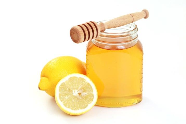 Neye ihtiyacınız var? Bir çorba kaşığı bal, limon Ne yaparsanız, gözeneklerinizi önce ılık su veya buharla açın. Limonu balya karıştırın ve karıştırın. Maskeyi yüzünüze uygulayın (ancak gözünüzün etrafına dikkat edin) ve on beş ile otuz dakika boyunca bırakın. Ilık su ile durulayın, sonra yüzünüzü soğuk su ile püskürtün.