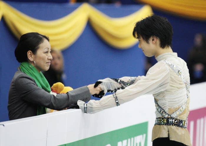 2012年男子フリーの演技前、コーチと握手する羽生。世界フィギュア