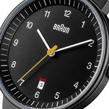 e9827e91ea79 1. Este reloj analógico Braun de diseño sencillo con calendario.