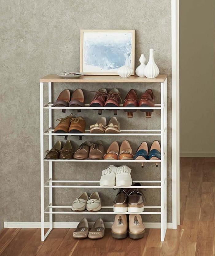 狭い玄関でも靴をたくさん置きたい…そんな願いを叶えてくれるのが「シューズラック」です。お気に入りの靴を飾りながら収納することができます。玄関がスッキリし、靴が取り出しやすくなります。