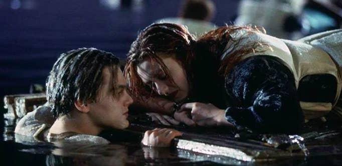 「なぜローズは救命ボートに乗れなかったの?乗っていれば、船が沈んだ時にジャックは浮いた木の上に乗ることができて助かり、その後お互いを見つけられただろうのに!」—shelbys4801a11f0さんより「悲劇としか言いようのない話」—kelsipullenさんより