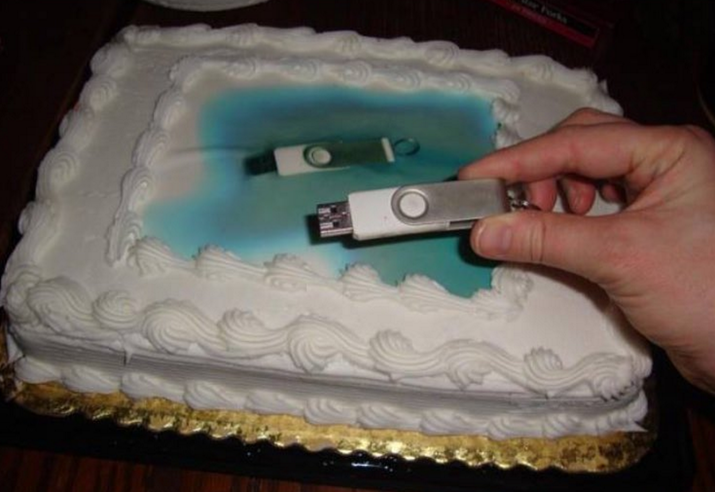 El decorador no pudo descargar la foto, así que mejor puso la foto de un USB en el pastel