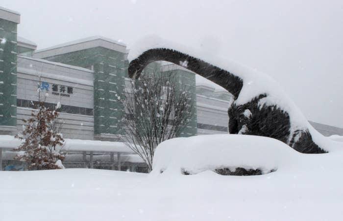 福井県の積雪は平年の6倍。市民生活にも大きな影響が及んでいる。大雪の影響でJR、私鉄各線の多くが運休。高速道路も通行止めとなったほか、国道8号では約1000台の車が立ち往生しており、福井県は自衛隊に災害派遣を要請した。NHKによると、小・中学校の休校が相次いだほか、私立高校の受験も延期されたという。